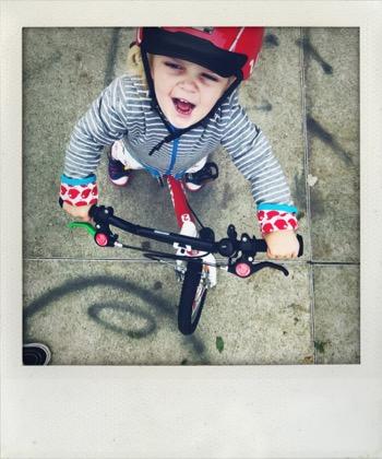 Frieda kann Fahrrad fahren.